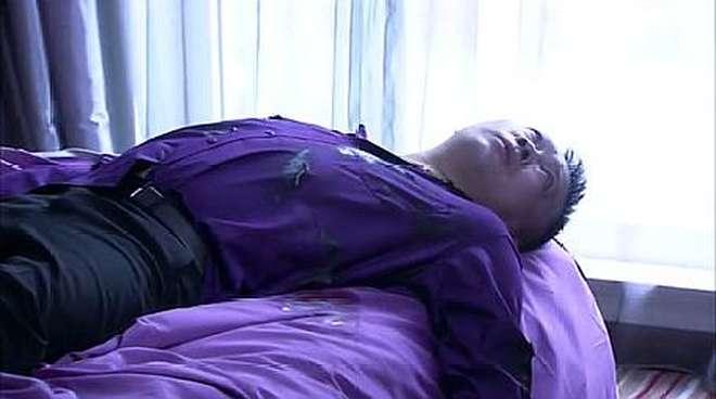 两女子到酒店住房,打开门时发现,里面竟然有一个男人躺在床上