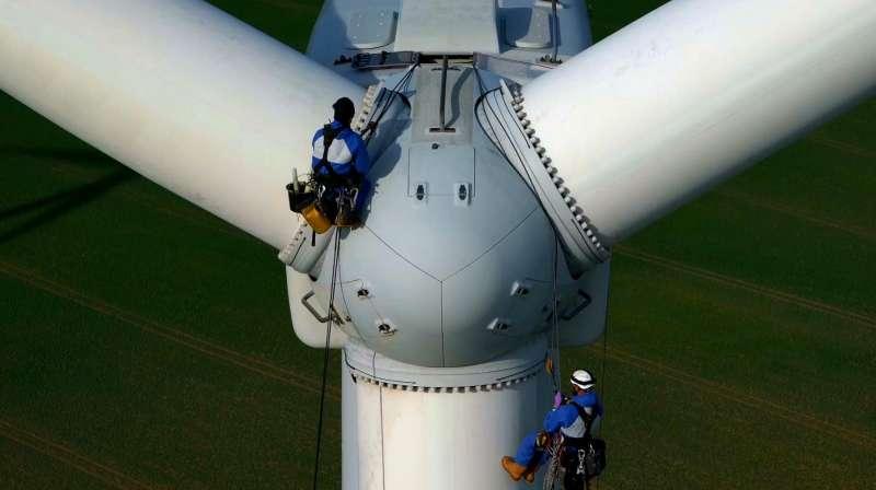 爬上百米高风力发电机维护检修,给10000块一个月我也没这胆子.mp4