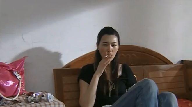 红蜘蛛:美女坐在床上抽着烟,想起了两个男人,下一秒起身出门!