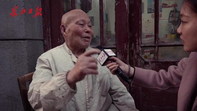 火钳烫头!武汉90岁爹爹用烧红的烙铁烫出50年代时尚风