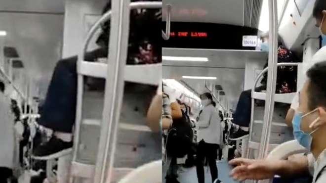 网传重庆一老人坐地铁行李架上晃腿,地铁官方回应来了