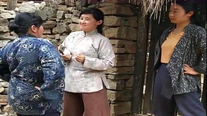 抗日神剧拍戏现场,这三位良家妇女在干嘛?网友:风韵犹存啊!
